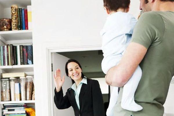 Les femmes salariées consacrent deux fois plus de temps aux tâches domestiques que les hommes.