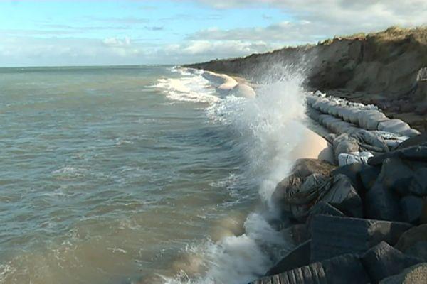 Les géotubes installés il y a deux ans ne suffisent plus pour protéger la dune de Gouville-sur-Mer