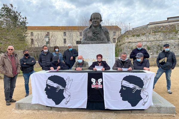 Les collectifs Pattrioti, Core in fronte et a Manca ont organisé ce samedi 17 avril une conférence de presse à la citadelle d'Ajaccio, au pied du buste de Pasquale Paoli.