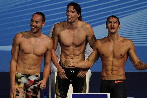 Les Marseillais Camille Lacourt et Giacomo Perez Dortona (à droite) attendent l'arrivée de l'autre nageur CNM qui termine le relai.