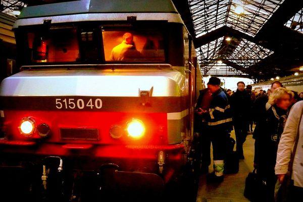 Une locomotive (de plus de 30 ans d'âge) en gare de Saint-Lazare- Archives