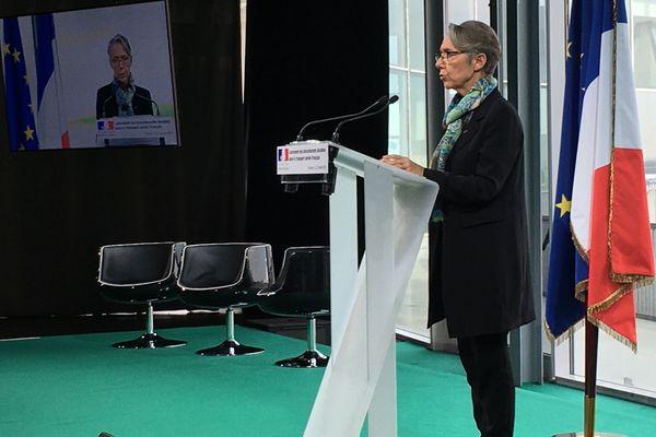 Elisabeth Borne, la ministre de la Transition écologique et solidaire s'exprime ce lundi matin le site d'Airbus à Toulouse, avec le secrétaire d'Etat chargé des Transports, dans l'idée de lancer les biocarburants aéronautiques durables en France.