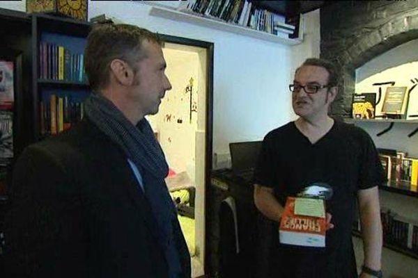 """L'écrivain Franck Thilliez, venu apporter son soutien à Olivier Vanderbecq, propriétaire de la librairie """" Humeurs noires"""""""