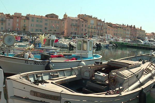 Le calme règne dans le port de Saint-Tropez.