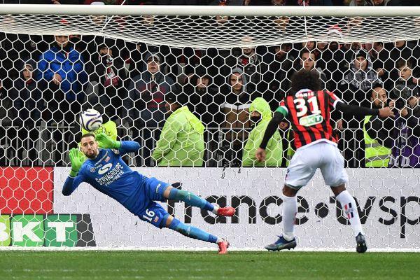 L'homme du match le gardien guingampais Marc-Aurele Caillard arrête un but de Nice