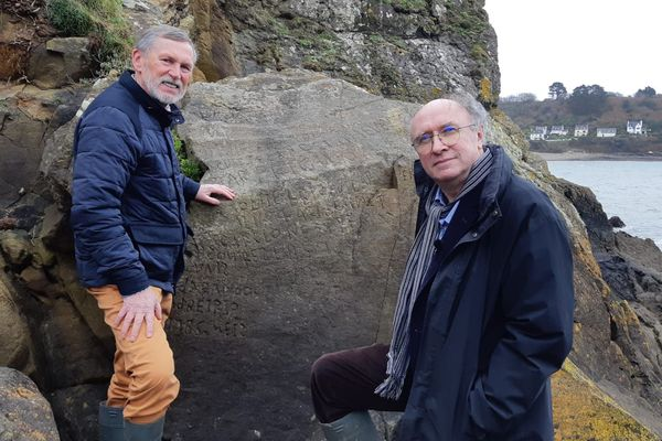 Noël René Toudic (à gauche) et Roger Faligot ont tous deux proposé une traduction convaincante de l'inscription mystérieuse.