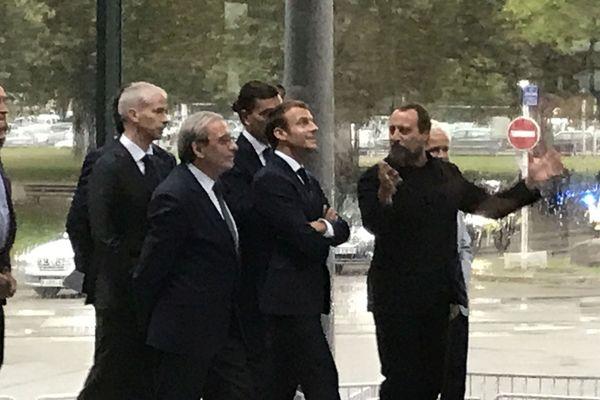 Umberto Napolitano (LAN Architecture) concepteur du nouveau Maillon et Emmanuel Macron.