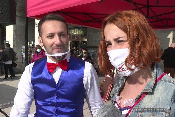 Ludovic Torres, danseur-chorégraphe, et Tabatha Duval, danseuse et chanteuse, sont venus manifester pour la réouverture des salles de spectacles, ce jeudi 4 mars à Bayonne.
