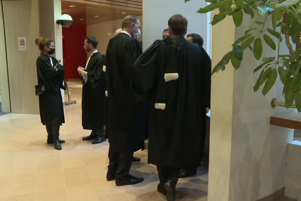 Les avocats au tribunal correctionnel de Rennes, pour le procès qui fait suite à la mort de Jallal Hami en 2012 pendant un exercice à l'école militaire de Saint-Cyr Coëtquidan