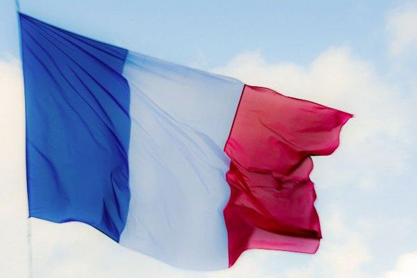 Le drapeau français flottant après les attentats de Paris