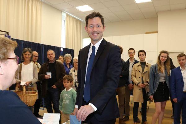 François-Xavier Bellamy (LR) a voté à Versailles, la municipalité dont il est l'adjoint au maire depuis 2008, pour les européennes dimanche.