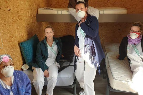 Des soignants dorment dans des semi-remorques pour veiller sur les résidents de l'EHPAD de Bouère en Mayenne