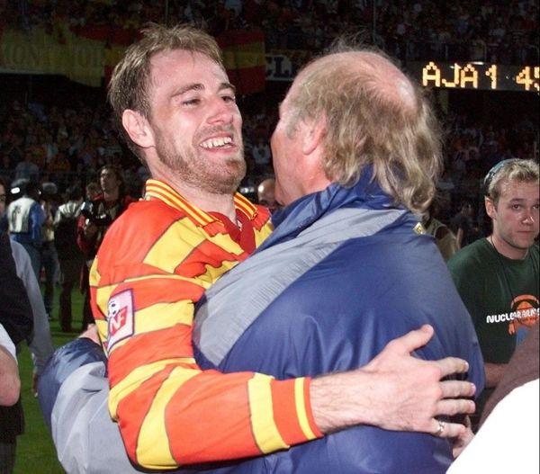 Daniel Leclercq et le capitaine Jean-Guy Wallemme célébrant le titre de champion de France 1998 après un match nul à Auxerre.