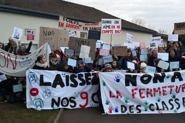 A Montigny-sur-Loing, les habitants ont manifesté pour protester contre la fermeture de deux classes en maternelle et primaire le 19 février 2019.