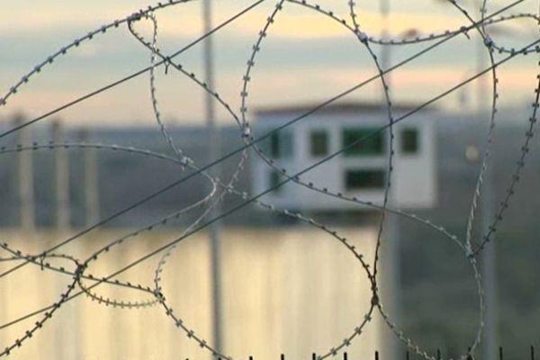 Barbelés devant la prison de Villeneuve les Maguelone (34)