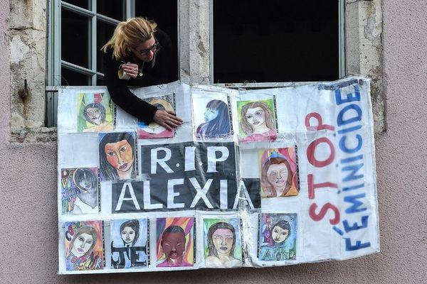 Stop aux féminicides, en face du tribunal de Vesoul, cette affiche rappelle qu'Alexia Daval n'est qu'une des nombreuses victimes de violences de la part d'un conjoint.
