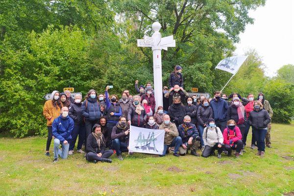 Les militants anti-chasse à courre d'AVA en forêt de Compiègne, ce 26 septembre 2020.