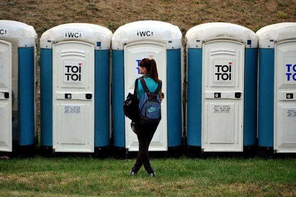 L'attente pour accéder aux toilettes peut devenir un problème de taille pour les festivalières (illustration ; image : festival Exit en Serbie, 2011).