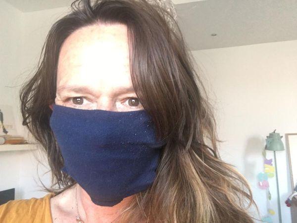 Masque maison sans couture fait avec une chaussette