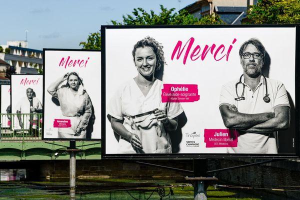 """La mairie de Troyes a installé de grandes affiches sur lesquelles des """"merci"""" sont adressés au personnel soignant de la ville"""