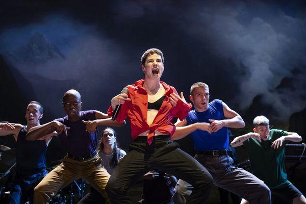 """""""Chris"""" et ses danseurs se produiront le jeudi 13 juin au parc de Champagne."""