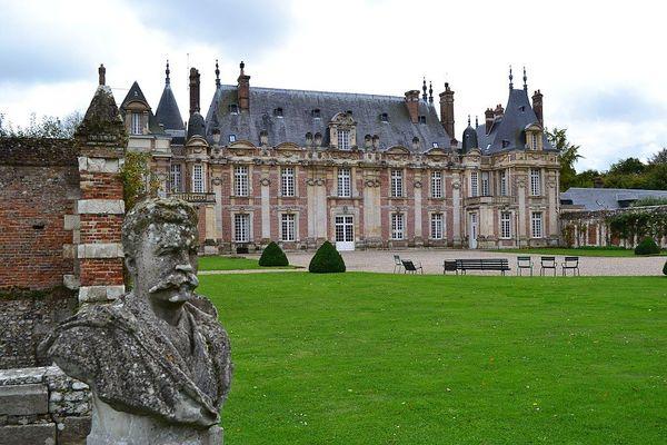 En Seine-Maritime, à Tourville-sur-Arques, le Château de Miromesnil, où naquit Guy de Maupassant, passera ce dimanche sous un ciel nuageux et souvent menaçant.