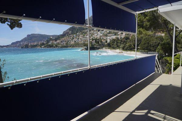 """Le balcon et la marquise en toile qui """"donnent l'impression d'être en pleine mer""""."""