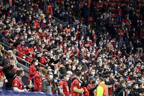 Le manque de distanciation entre les spectateurs du match Rennes/Krasnodar est l'un des objets de  l'enquête ouverte par l'UEFA à l'encontre du Stade Rennais.