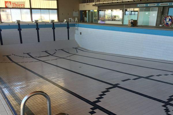 Le grand bassin de la piscine municipale de Thiers, dans le Puy-de-Dôme, n'a pas été remis en eau depuis q'une expertise préconise d'importants travaux pour consolider la structure du bâtiment.