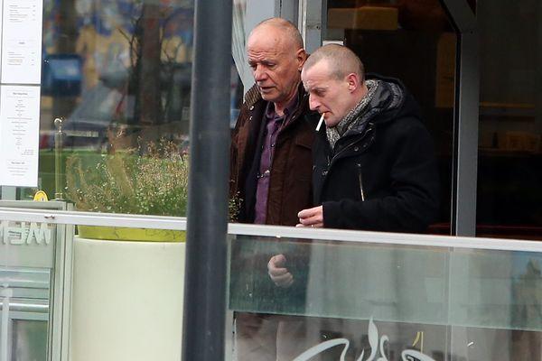 Christian Piquemal (à gauche), à sa sortie du commissariat de police de Calais le 8 février 2016.