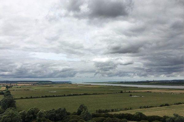 Dans l'Eure, le ciel de ce mardi sera très nuageux sur le Marais Vernier. Le phare de St Samson de la Roque offre un panorama qui fait porter la vue jusqu'au Pont de Normandie et, au-delà, le Havre.