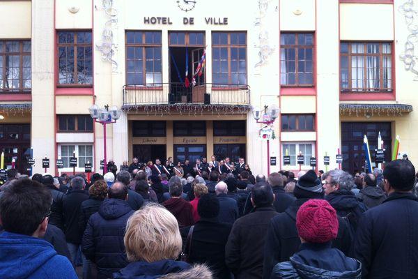 Un foule nombreuse place de la mairie