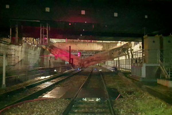 Une poutre effondrée sur une voie en gare d'Austerlitz (Paris), le 1er décembre 2020.
