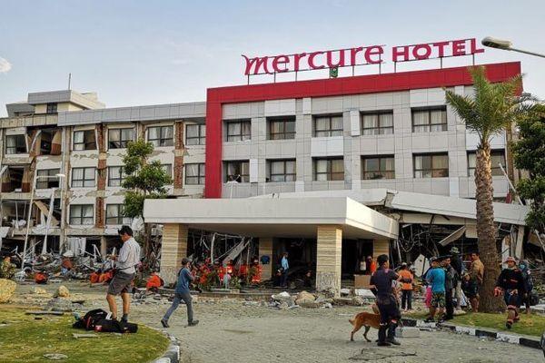 """Il s'agit de """"l'objectif"""" des pompiers limougeauds. Plusieurs membres du personnel et des clients ont disparu sous les décombres de l'hôtel Mercure de Palu."""
