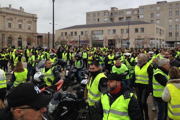 """Petite halte des """"gilets jaunes"""" devant la gare de Reims centre."""