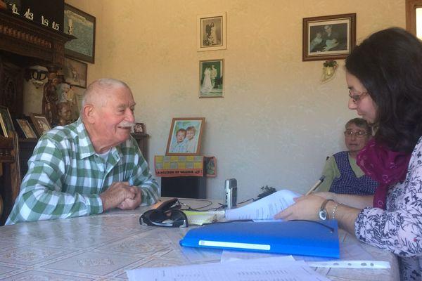 Jessica Haumont enregistre les conversations en Gallo