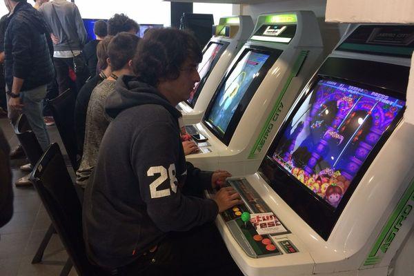 Des bornes d'arcade font la part belle au jeu rétro.