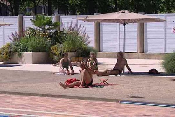 Beaucoup se délassent à l'ombre des parasols de la piscine de Beaublanc