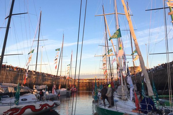 A J-1 avant le grand départ de la Route du Rhum, de nombreuses personnes sont venues saluer les skippers, notamment nos Héraultais Kito de Pavant, Alexia Barrier et Jean-Pierre Balmès, et admirer leurs bateaux - 3 novembre 2018