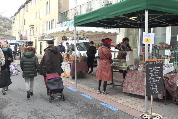 Coralie Roussel, productrice de fromages végan, vend sa production au marché de Saint-Affrique en Aveyron