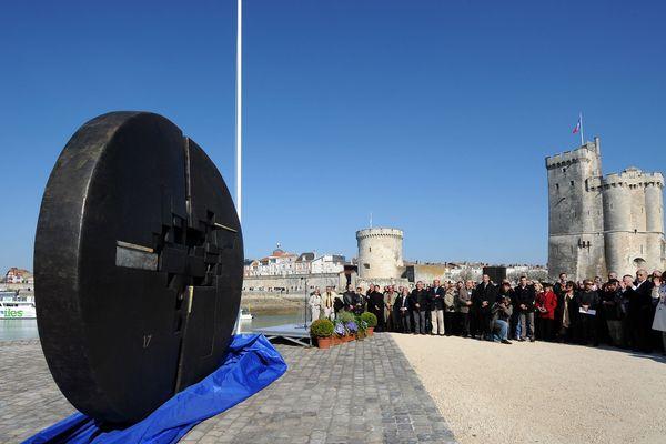 Une sculpture réalisée en hommage à Michel Crépeau avait été inaugurée en mars 2009 à La Rochelle
