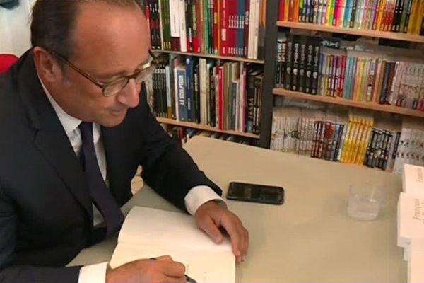 """François Hollande était à Bondy, mercredi 12 septembre pour dédicacer son livre """"Les leçons du pouvoir""""."""