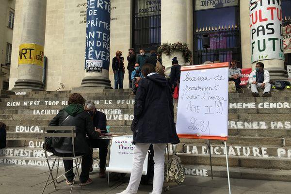 """Symboliquement le premier """"bureau des recrutements"""" pour les paniers artistiques version 2021 s'est tenu vendredi 4 avril sur les marches du Théâtre Graslin occupé par les artistes et techniciens en lutte"""