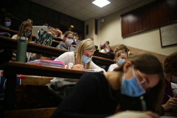 Les étudiants de première année vont faire leur retour à l'université pour les TD et les TP en demi-groupe.