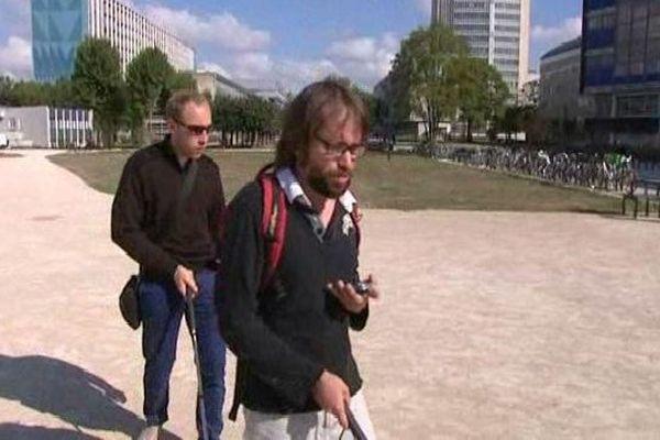Ces deux étudiants sont guidés par une application pour téléphone mobile