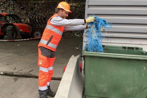 Des filets non recyclables dans les déchets au centre de tri à Manosque (04)