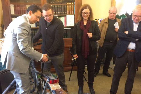 Le procureur de la République auprès du TGI de Reims, Matthieu Bourette, présente des objets donnés aux associations.