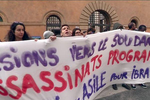 Le comité de soutien devant le tribunal d'Aix-en-Provence