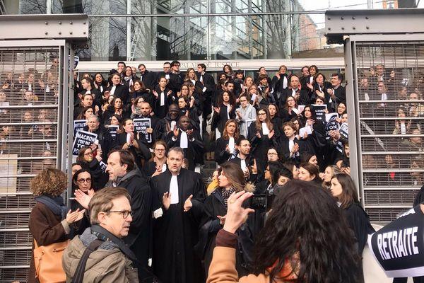 300 élèves et avocats du barreau de Toulouse ont bloqué mardi 28 janvier les entrées du palais de justice de Toulouse pendant plusieurs heures, pour protester contre le projet de réforme des retraites. Les audiences ont été reportées.