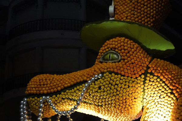 Dragon ou crocodile, la star de ce char nous regarde d'un mauvais œil.
